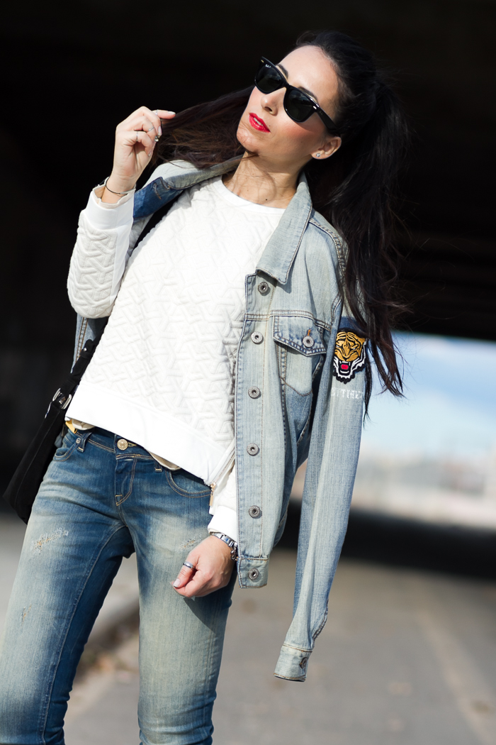 Estilo desenfadado con chaqueta denim oversized de Jennyfer y Gafas de Sol Ray Ban Wayfarer Polarizadas de color negro