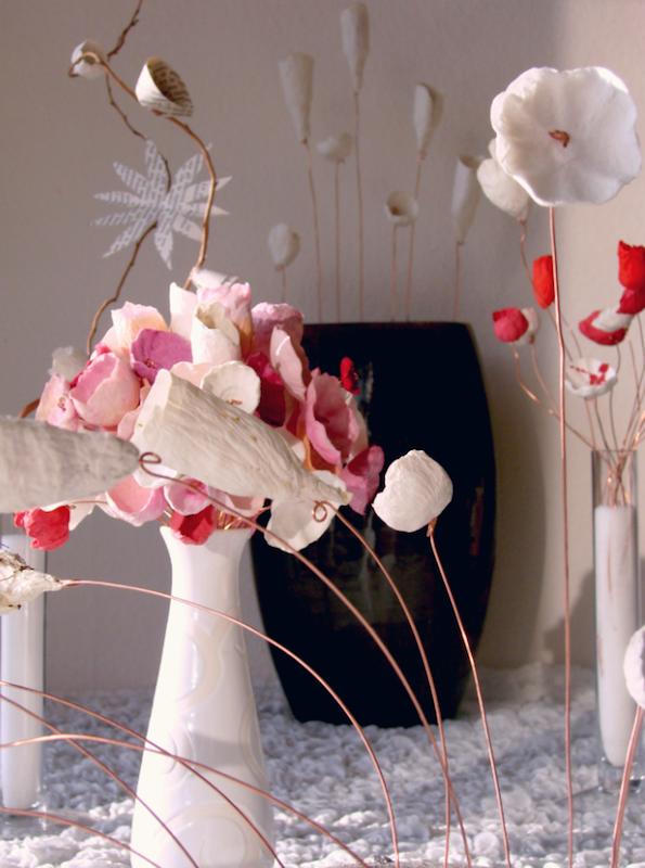 vasi e composizioni con fiori di carta per matrimoni