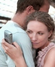 Sedurre una donna sposata (lei abbracciata a un uomo mentre guarda il cellulare)
