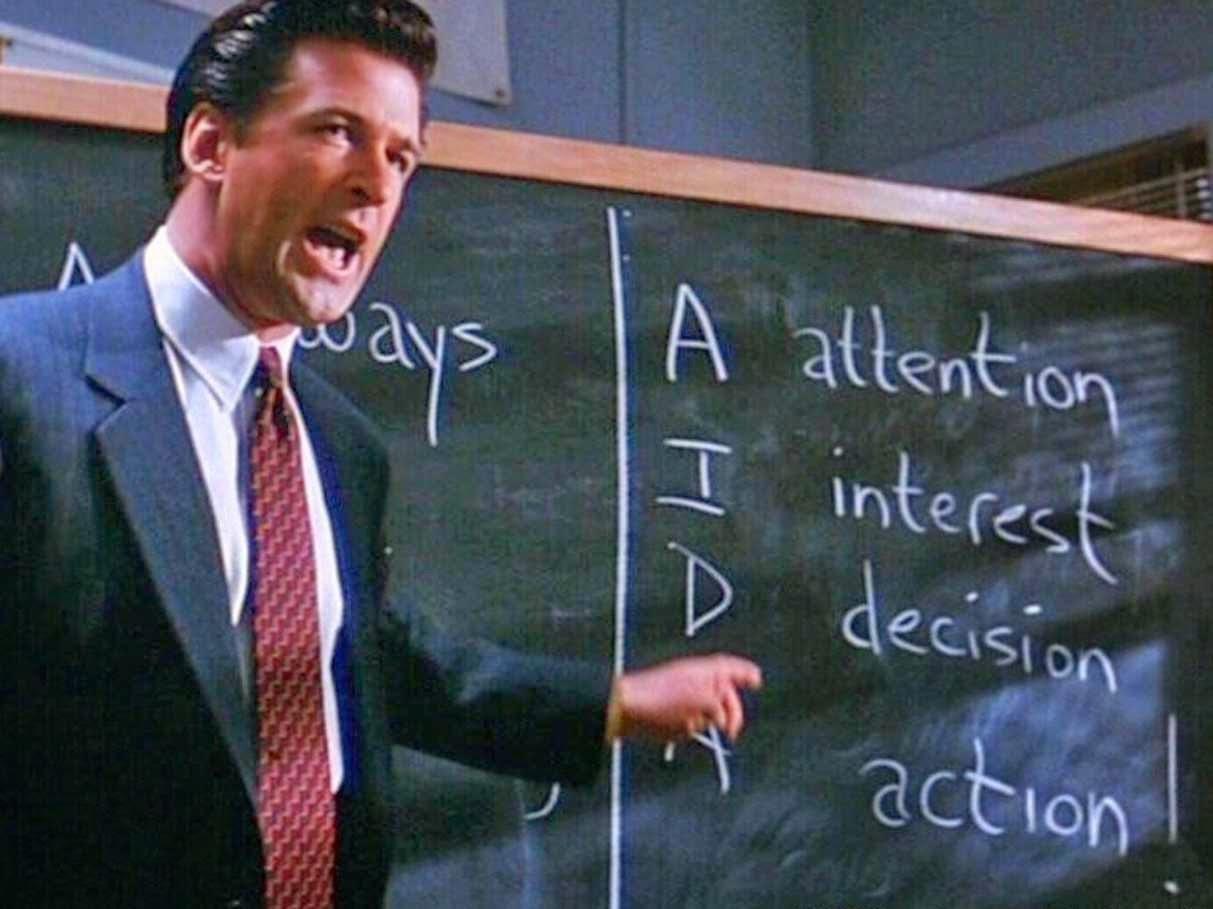 Alec Baldwin como Blake motivando al personal.