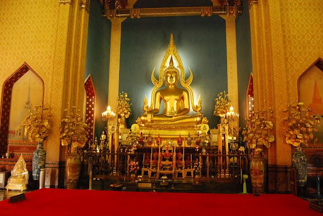 "Алтарь храма ""Wat Benchamabophit"" ."