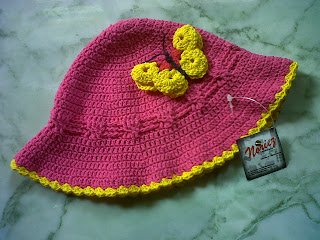 Topi Batita dengan Aksen Kupu-Kupu