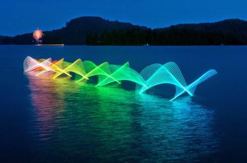 カナダの水路をライトペインティングを行い撮影したカヤックやカヌーの動きが規則正しく美しい。