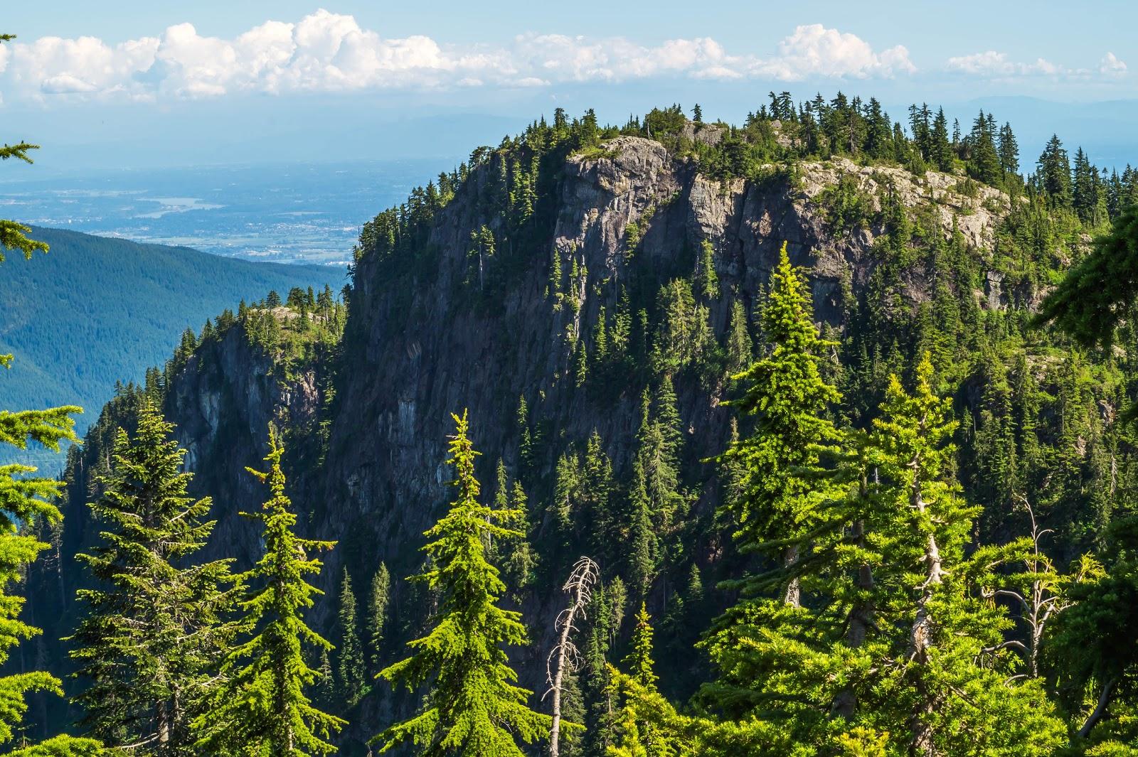 Тропа достаточно недлинная и быстро выводит к живописным видам на каменистые вершины.