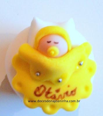 Mini cupcake para chá de bebê decorado com bebezinho na coberta na cor amarela