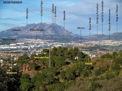 Martorell i al fons la muntanya de Montserrat des de la vessant nord del Turó de la Baldanya