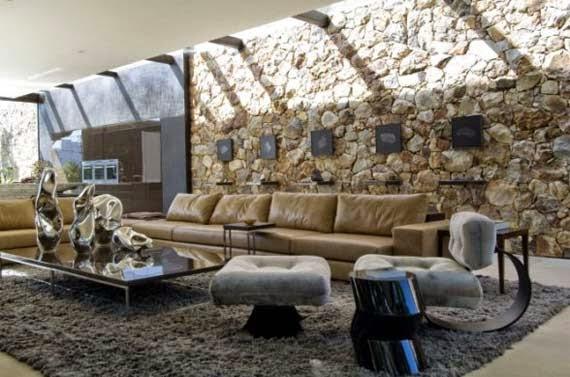 Contoh Dekorasi Ruang Tamu dengan Dinding Batu Alam