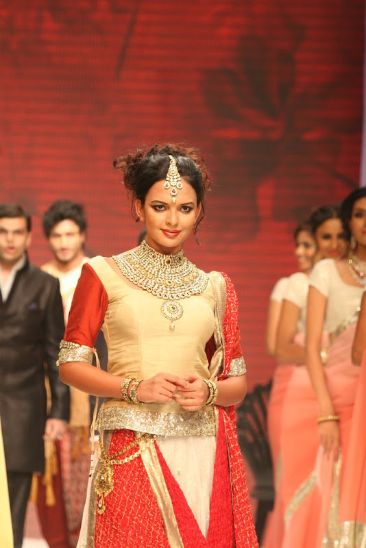 Bidita Bag Walked The Ramp Ror Manubhai Gems Gallery cleavage