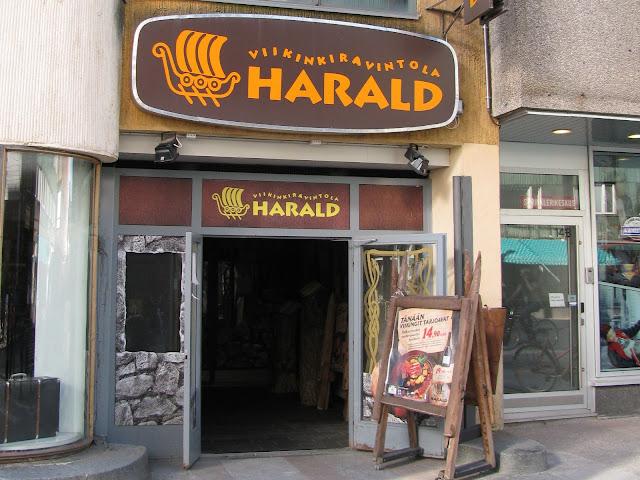 Viikinkiravintola Haraldin ovi sijaitsee Oulussa Stockmannin vieressä.