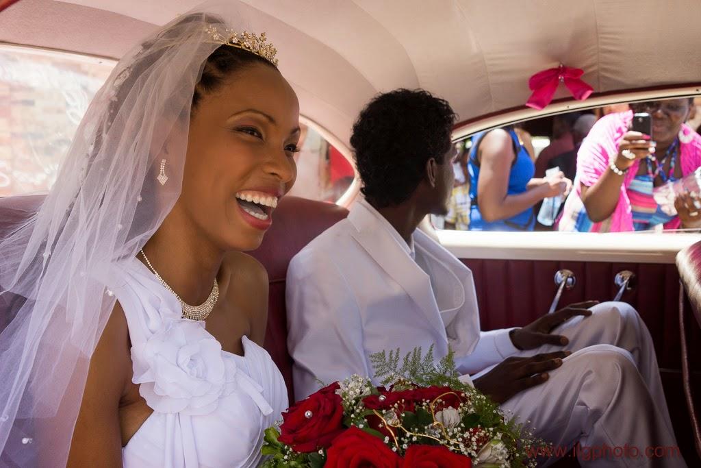 les mariés à l'arrière de la voiture