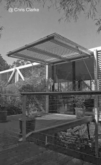 Entrada a la casa residencial contemporánea con forma de puente