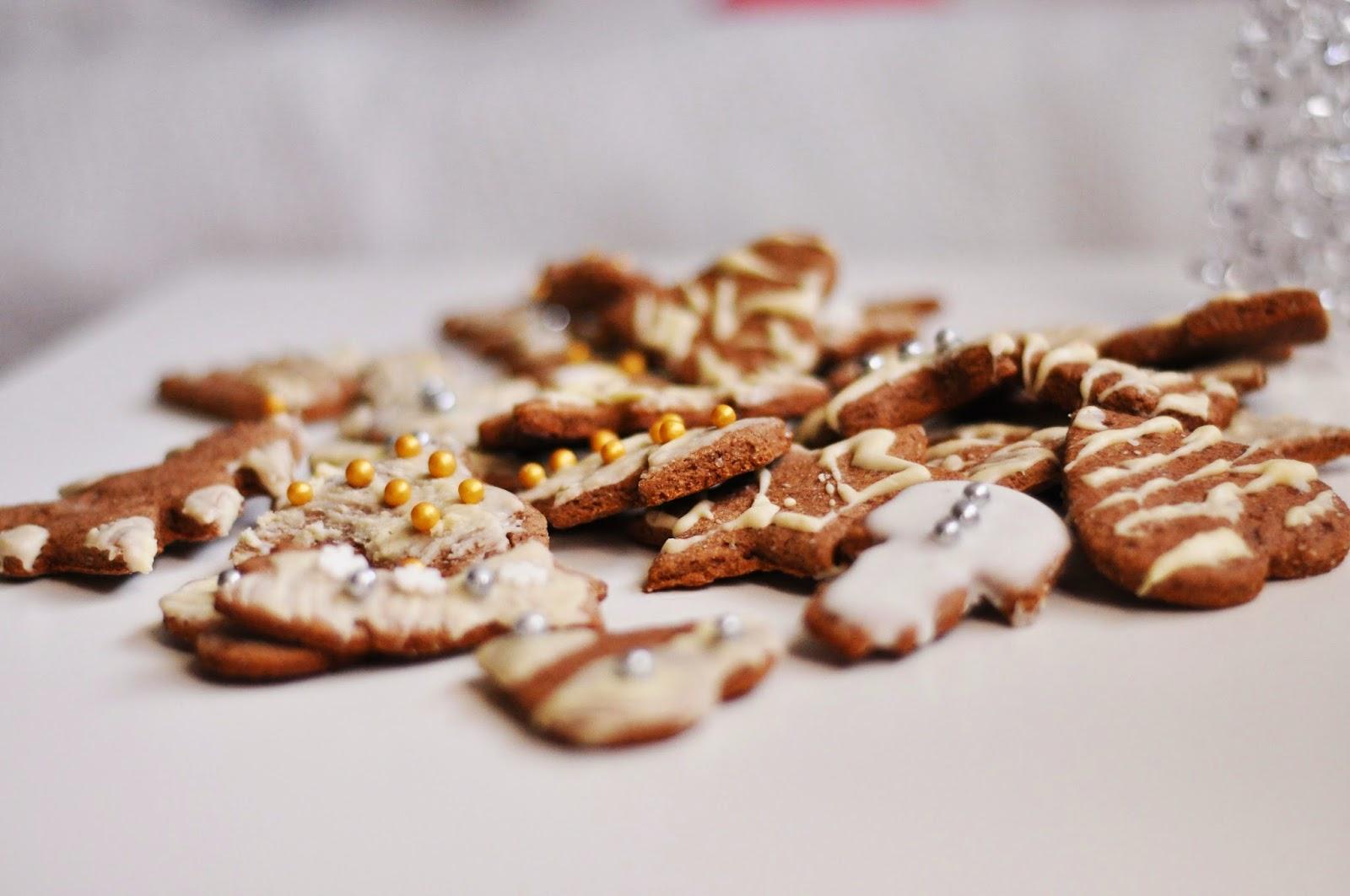 Niskokaloryczne pełnoziarniste pierniczki z białą czekoladą