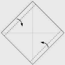 Bước 2: Gấp mép hai cạnh tờ giấy vào phía trong.