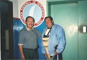 Roberto Mejía Alarcón, Presidente de la A.NP, recibe al autor de este Blog, en febrero del 2000.