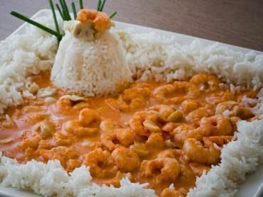 Foto de uma das receitas especiais e deliciosas de camarão. Imagem estrogonofe com arroz.
