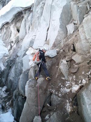 Dans la face des Courtes , montagne du Mont-Blanc, un cristallier explore la roche afin de trouver des cristaux
