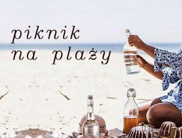 Kobieta siedząca na plaży trzymająca szklane butelki