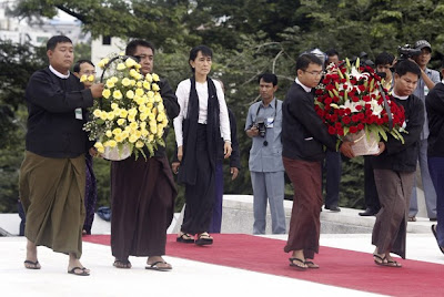 Suu goes to Martyrs' Mausoleum to pay her respects