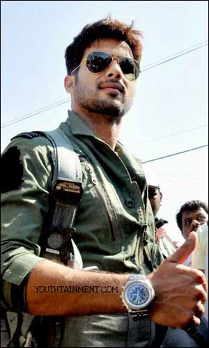 Shahid_Kapoor_fly_F-16_aircraft-aeroplane-fighter-plane-f16-fighter-jet-photos-videos-first-bollywood-actor-to-ride-fighter-plane-f16