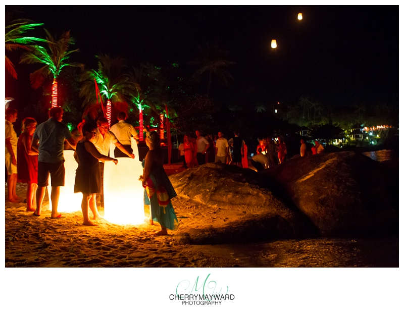 Guests letting off lanterns, lucky lanterns, fire lanters at a wedding, Koh Samui wedding, Beach Republic Wedding, beautiful,