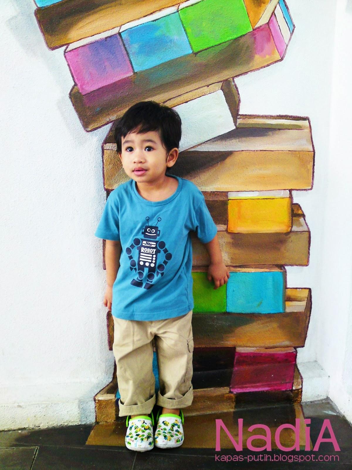 Asyraf dengan buku jatuh