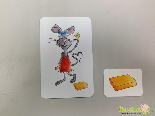 注意老鼠身上穿戴的衣飾品