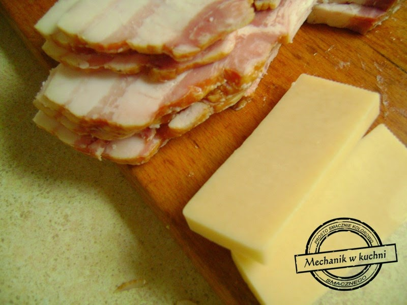 Soczysta pierś z kurczaka filet z serem zawijana w boczku mechanik w kuchni