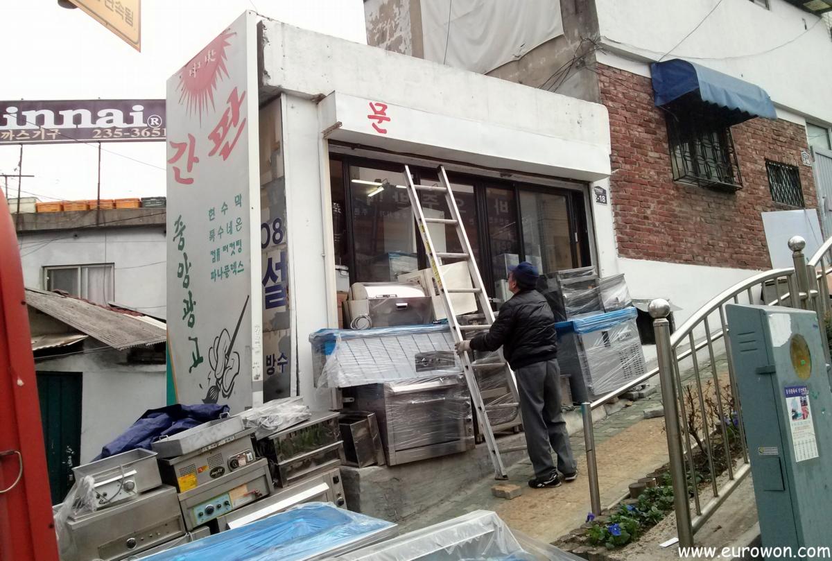 Coreano pintando carteles a mano