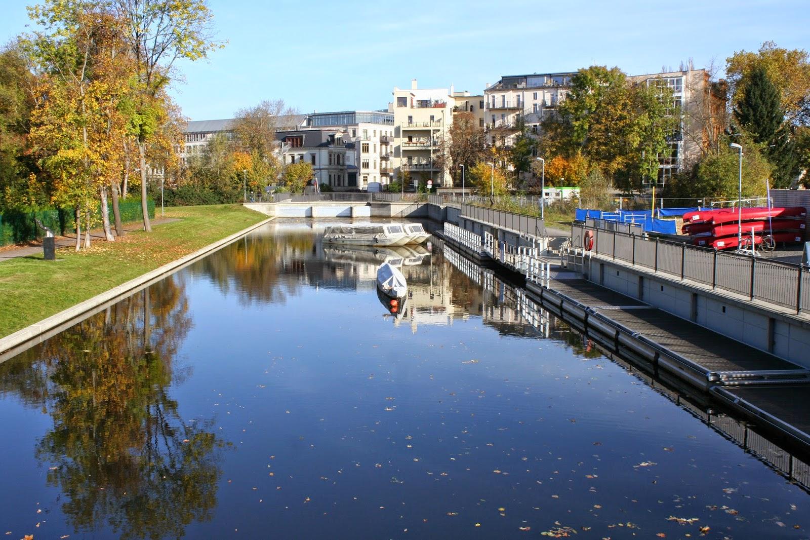Stadthafen am Schreberbad mit Elstermühlgraben - Rechts der Stadthafensteg