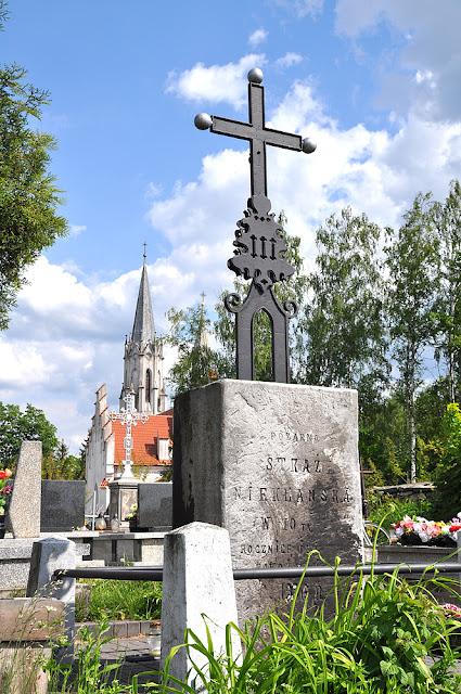 """Niekłań, cmentarz parafialny - mogiła Stanisława Dobrogojskiego """"Grzmota"""", poległego pod Stefankowem. W głębi kościół św. Wawrzyńca. Fot KW."""