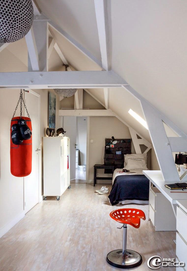 Chambre d'enfant sous les toits équipée d'un punchingball accroché à la charpente