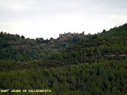 L'hostal i ermita de Sant Jaume de Vallhonesta des de la pujada al mirador de la Serra del Ginebral