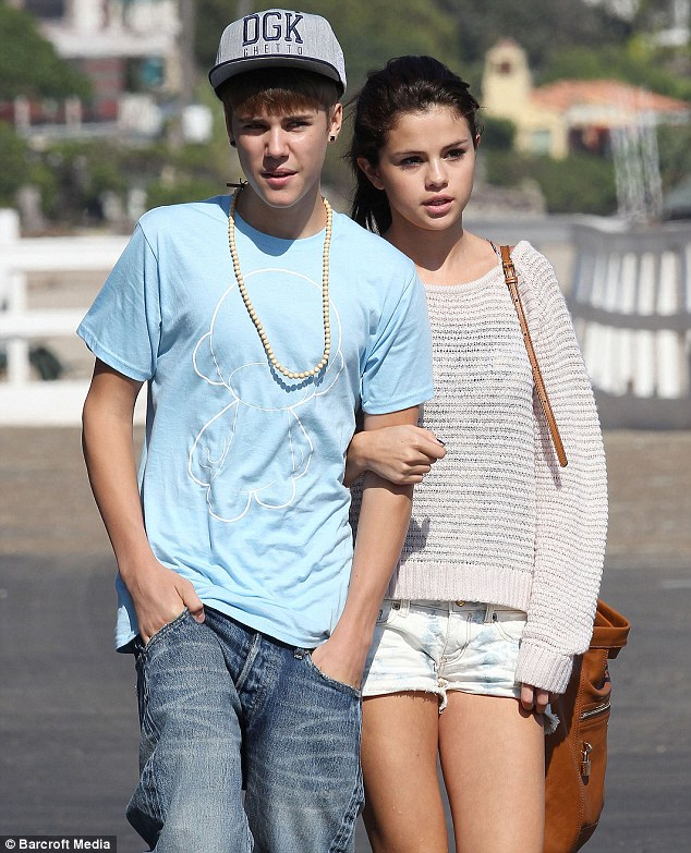 Justin Bieber And Selena Gomez Kissing In Beach Ah, young love: Justin...