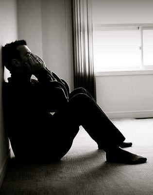 كيف يتخطى الرجل اكتئاب ما بعد الانفصال والفراق - رجل حزين فى الحب - sad man love