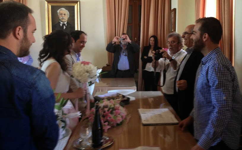 Κύμη: Ο Θανάσης Μπουραντάς πάντρεψε τον ανιψιό του στο δημαρχείο (ΦΩΤΟ)