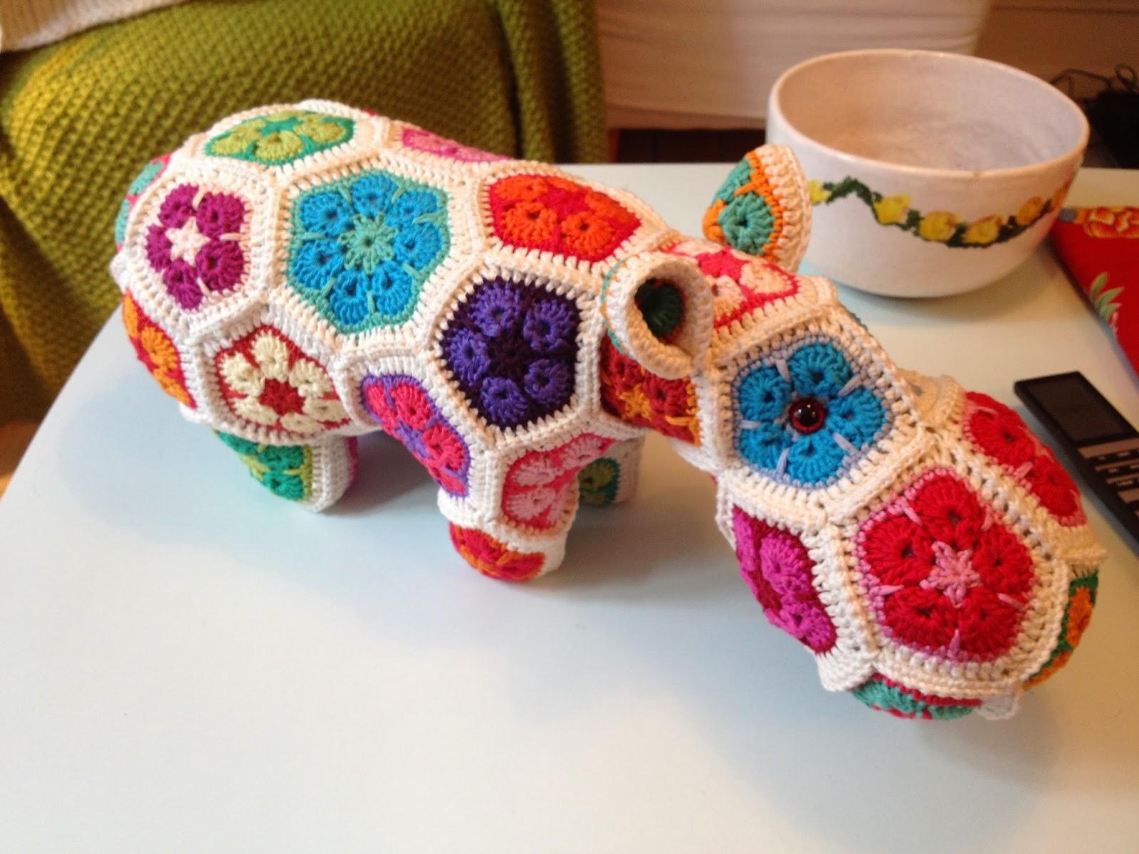 Hæklet flodhest i mange farver. Blomster. Puslespil. Crocheted hippo.