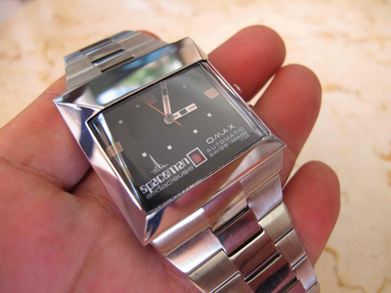 Cocok untuk Anda yang dalam waktu dekat ini berencana berpergian ke luar Angkasa menggunakan jam tangan OMAX SPACEMAN Automatic made in Swiss ini agar