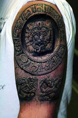 Tatuaje realista de jeroglíficos en el braso