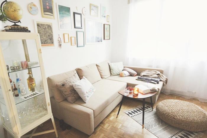weiße Wände Wohnzimmer Ecke mit hoher Zimmerdecke