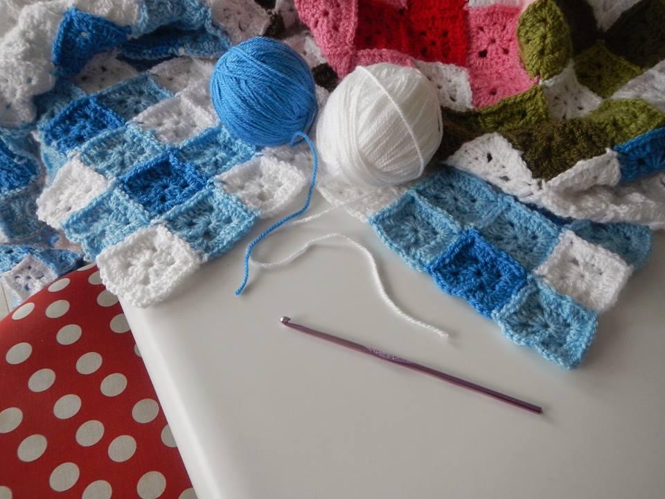 Mary helen artesanatos croche e trico mantas bebe - Cesto para mantas ...