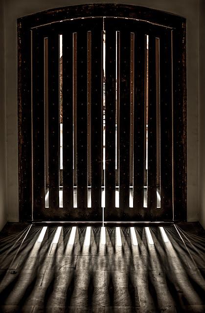 Puerta :: Canon EOS 5DMkIII | ISO400 | Canon 85mm | f/4.0 | 1/80s