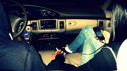 пара едет в машине фото