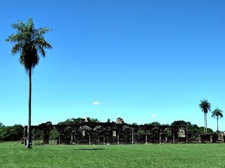 Palmeira e série de arcos em Santisima Trinidad del Paraná, Paraguai.
