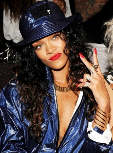 Rihanna saludando con la mano