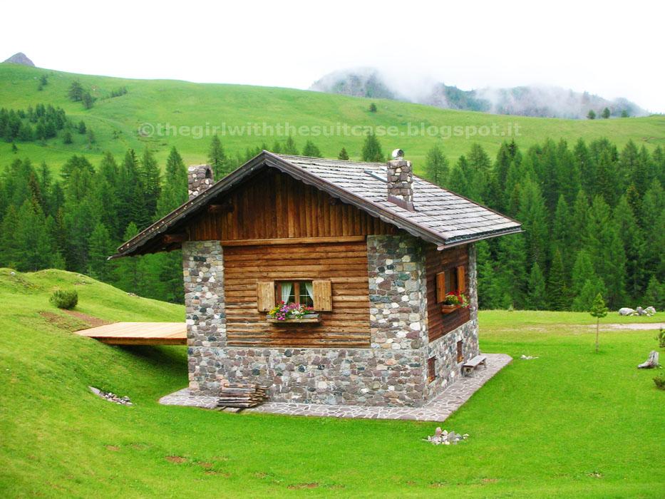 Incanto in val di fassa the girl with the suitcase for Casa di artigiani di montagna