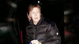 Paul McCartney accueilli par des fans hystériques en sortant du Daily Show