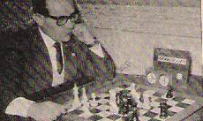 Miguel González-Gay Doménech jugando al ajedrez