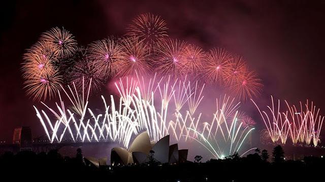 Традиционный новогодний салют в Сиднее – огни грандиозного фейерверка над мостом Харбор-Бридж, одном из самых больших стальных арочных мостов в мире.