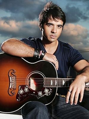 Luis Fonsi posando con su guitarra