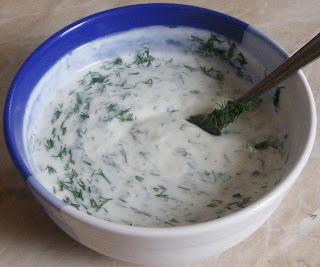 sos de iaurt, sos de iaurt cu usturoi, sosuri, dressinguri, preparare sos de iaurt cu usturoi si marar, retete cu iaurt de casa, retete cu usturoi, sos de iaurt pentru fripturi si carne la gratar,